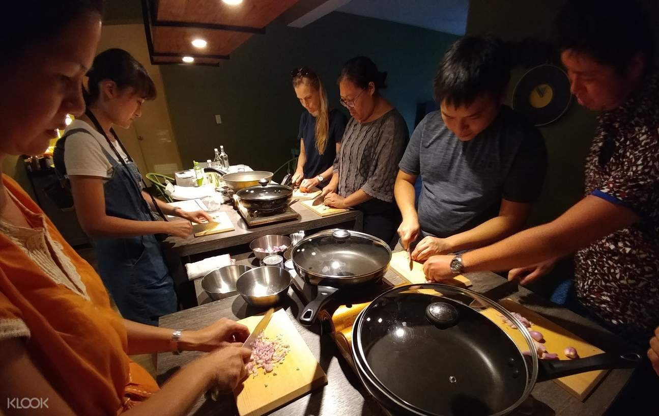 Taiwanese Cooking Class with Market Tour in Taipei