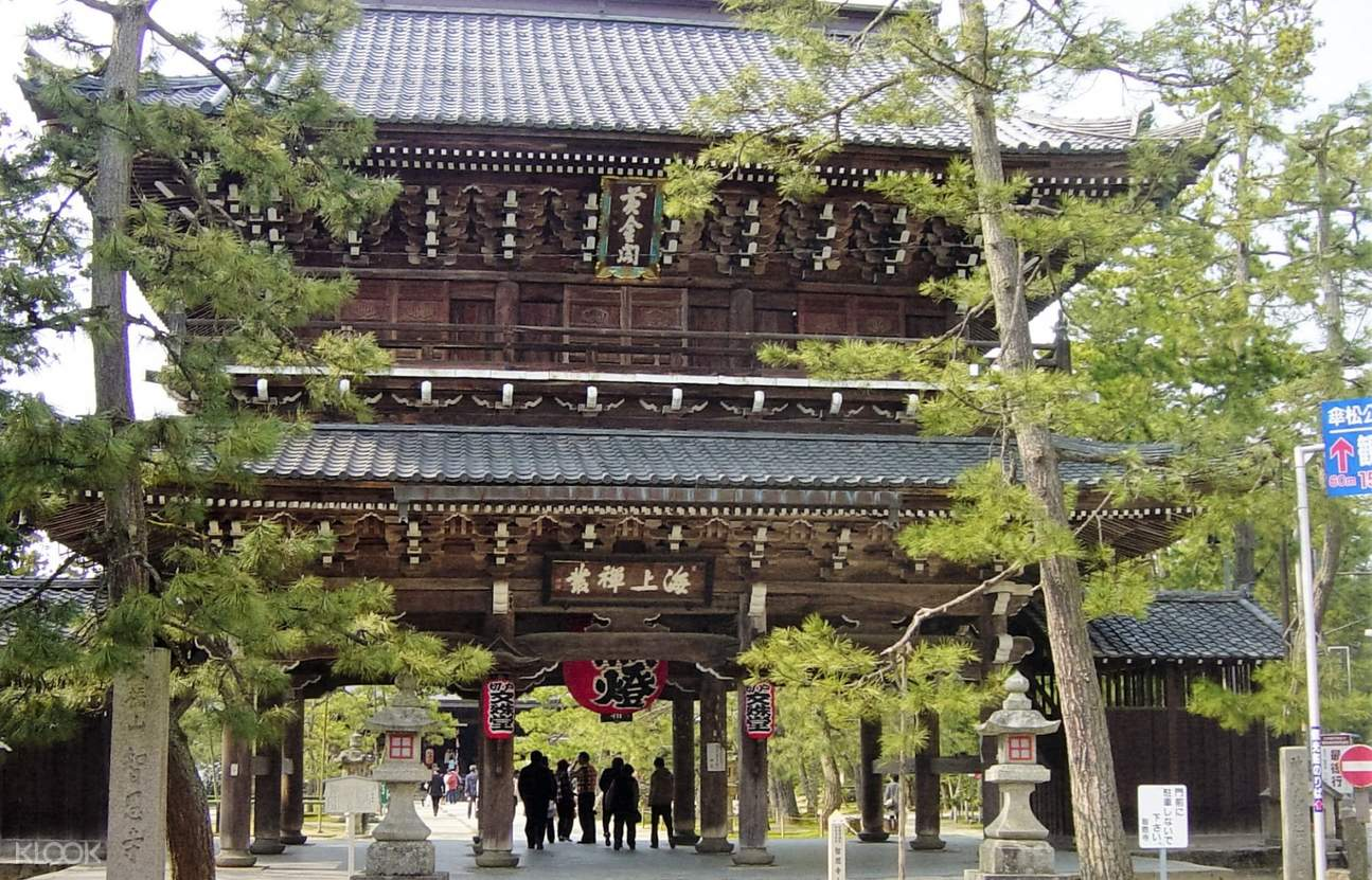 chionji temple with vistors