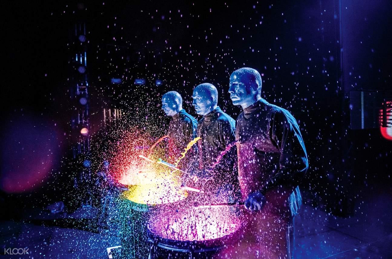 蓝人油漆鼓表演