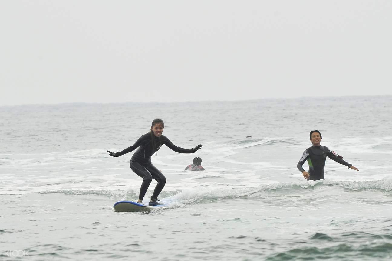 冲绳冲浪,冲绳水上活动,冲绳冲浪课,冲绳冲浪体验,在冲绳学冲浪