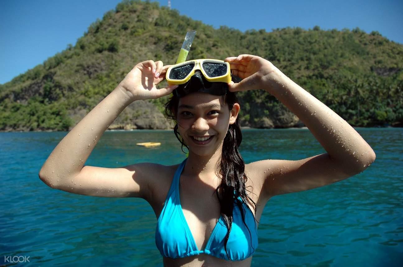 tourist wear a snorkeling mask