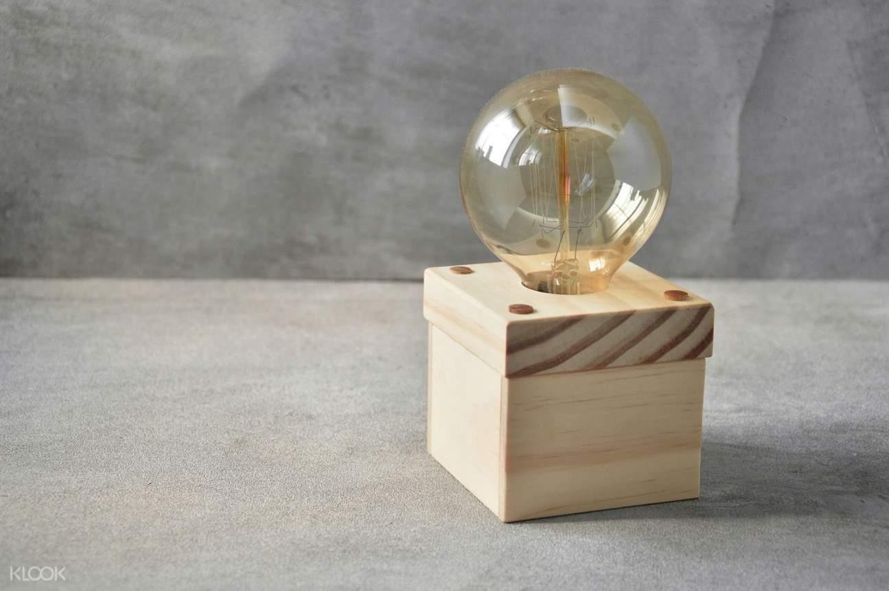dudukan lampu dari kayu