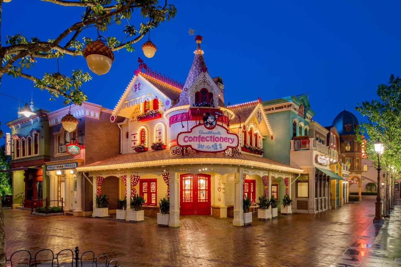 樂園在夜幕下燈光璀璨,一如童話中的小鎮
