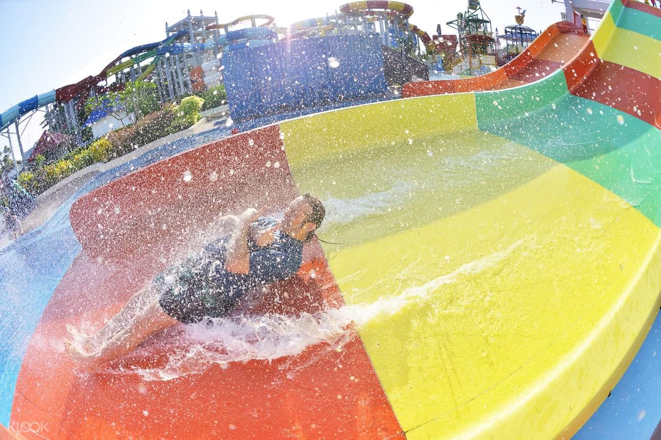 một tấm trước đầy màu sắc ở Công viên Splash Out Langkawi