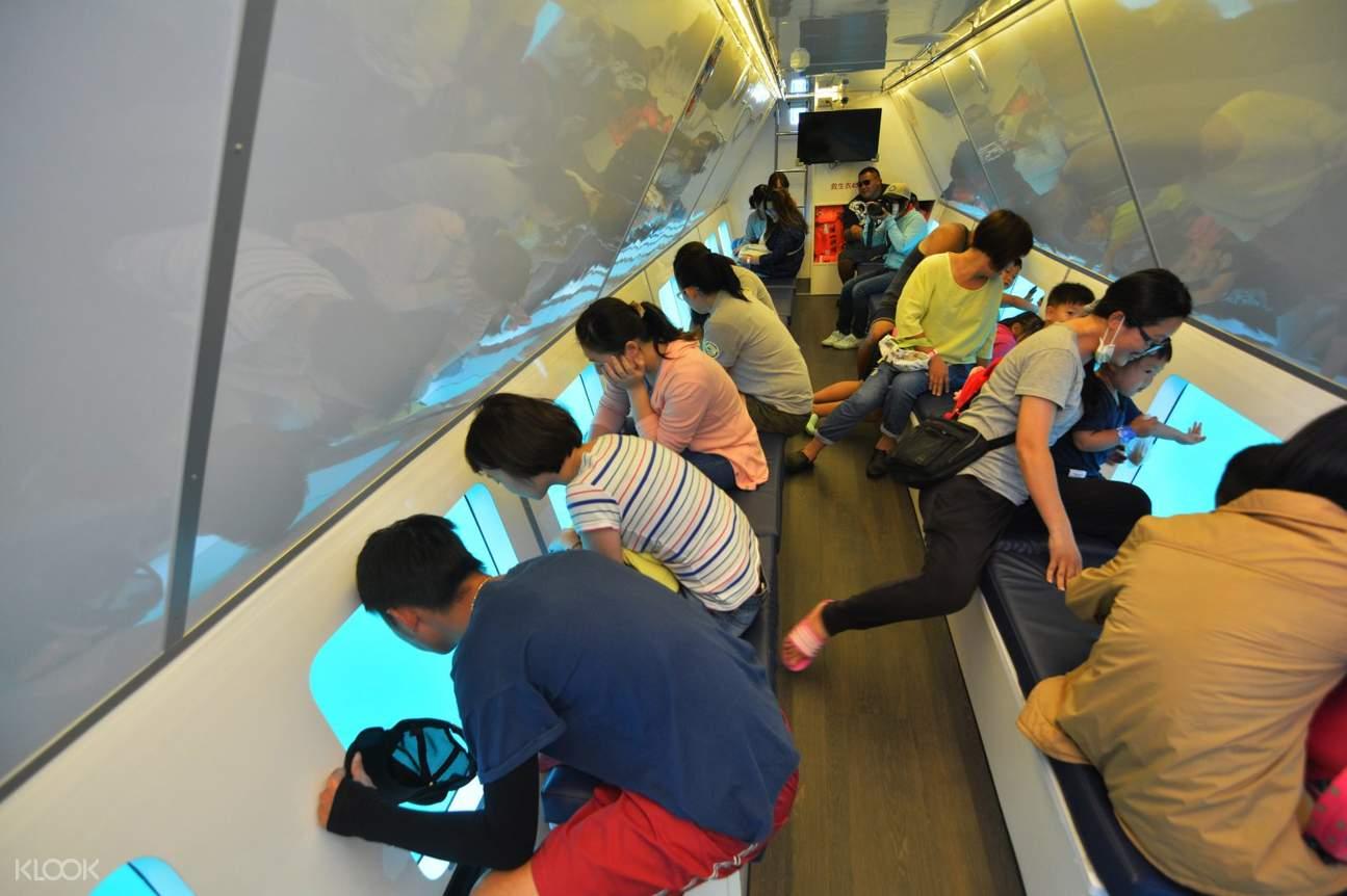 透過半潛艇的傾斜玻璃窗,一覽海底世界風光