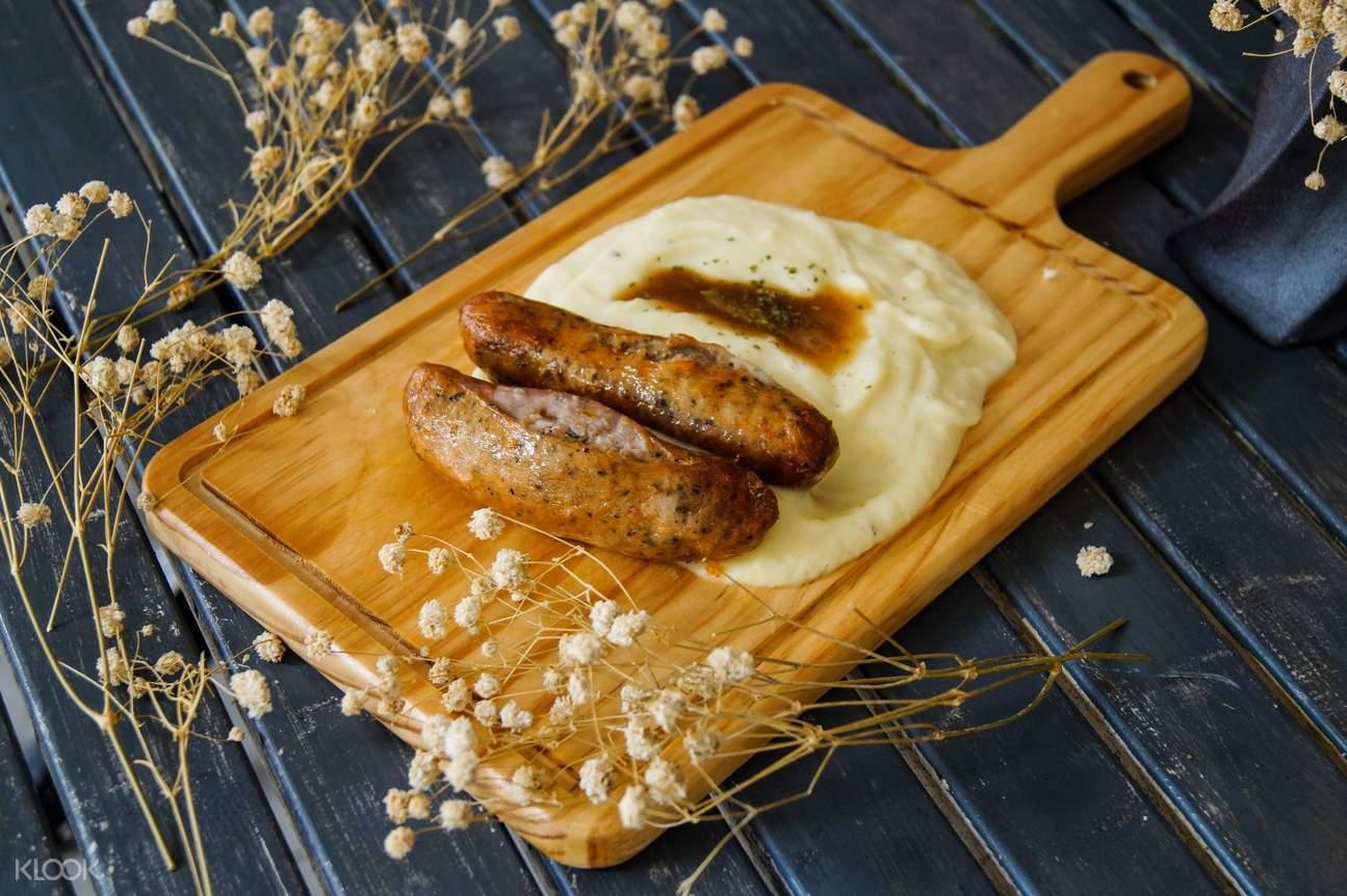 Hatter Street Signature Whaffle Set Dan Cafe Mains Di Paket Cream Bugis Sosis Dengan Mashed Potato Saus