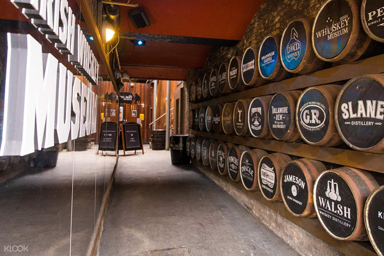 a hall in the Irish Whiskey Museum with whiskey barrels