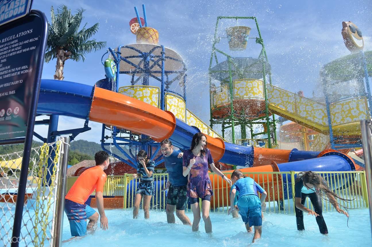 một gia đình đang chơi trò té nước ở Công viên Splash Out Langkawi