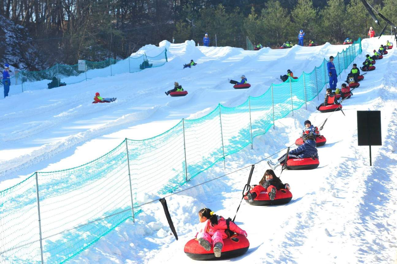 children snow sledding at Everland