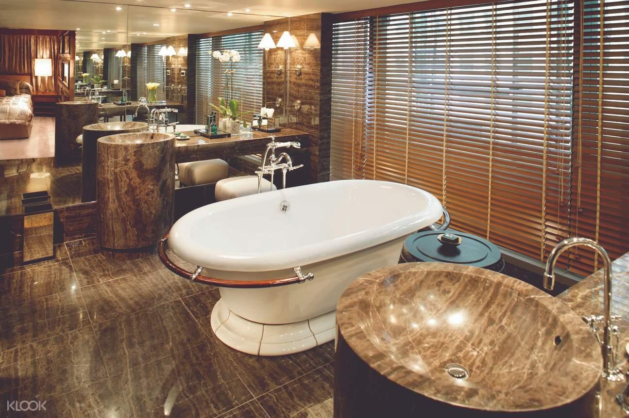Statue Square View Suite Bathroom