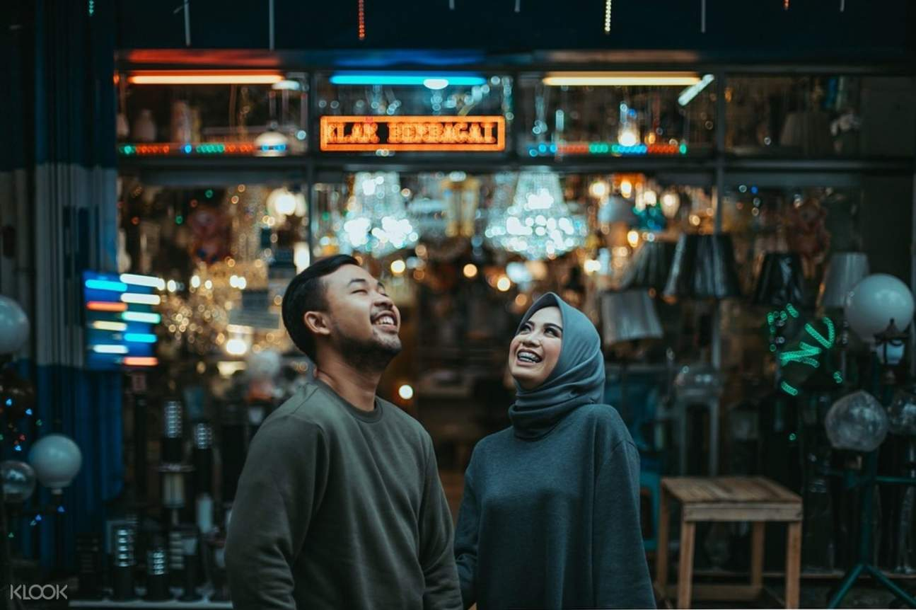 Man and woman in front of restaurant in the city