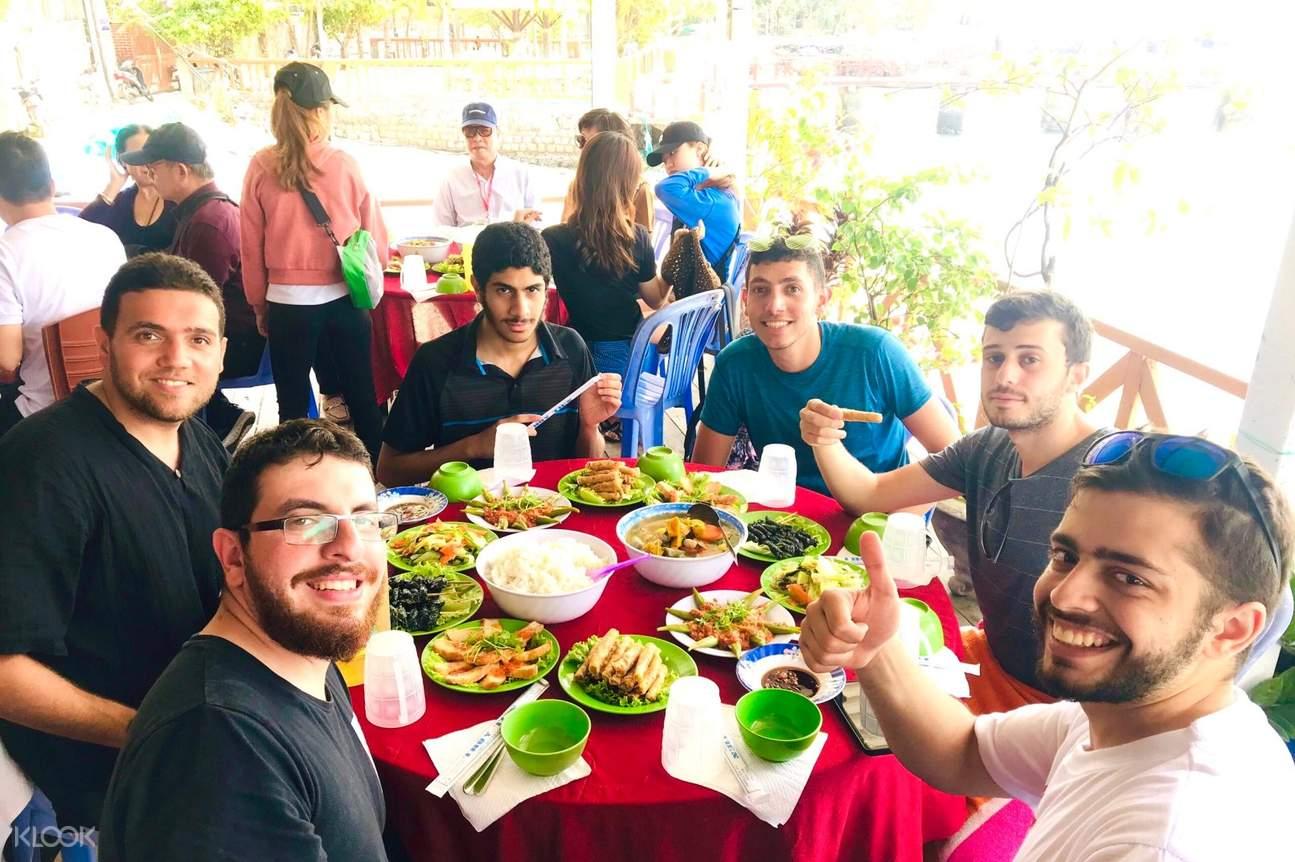 Thưởng thức bữa trưa với các món ăn được chế biến từ vùng biển Nha Trang