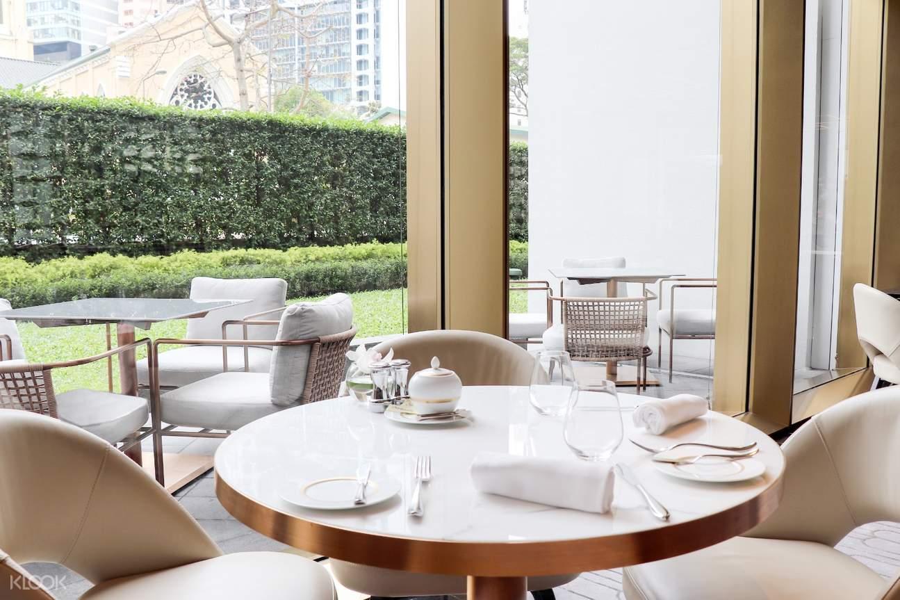 GARDEN LOUNGE - 瀰漫優雅的氛圍,聖約翰座堂隨落地玻璃窗映入眼簾,令人舒心。除聞名遐邇的下午茶外,全天供應的清新菜單包羅多款經典美食,同樣不容錯過。