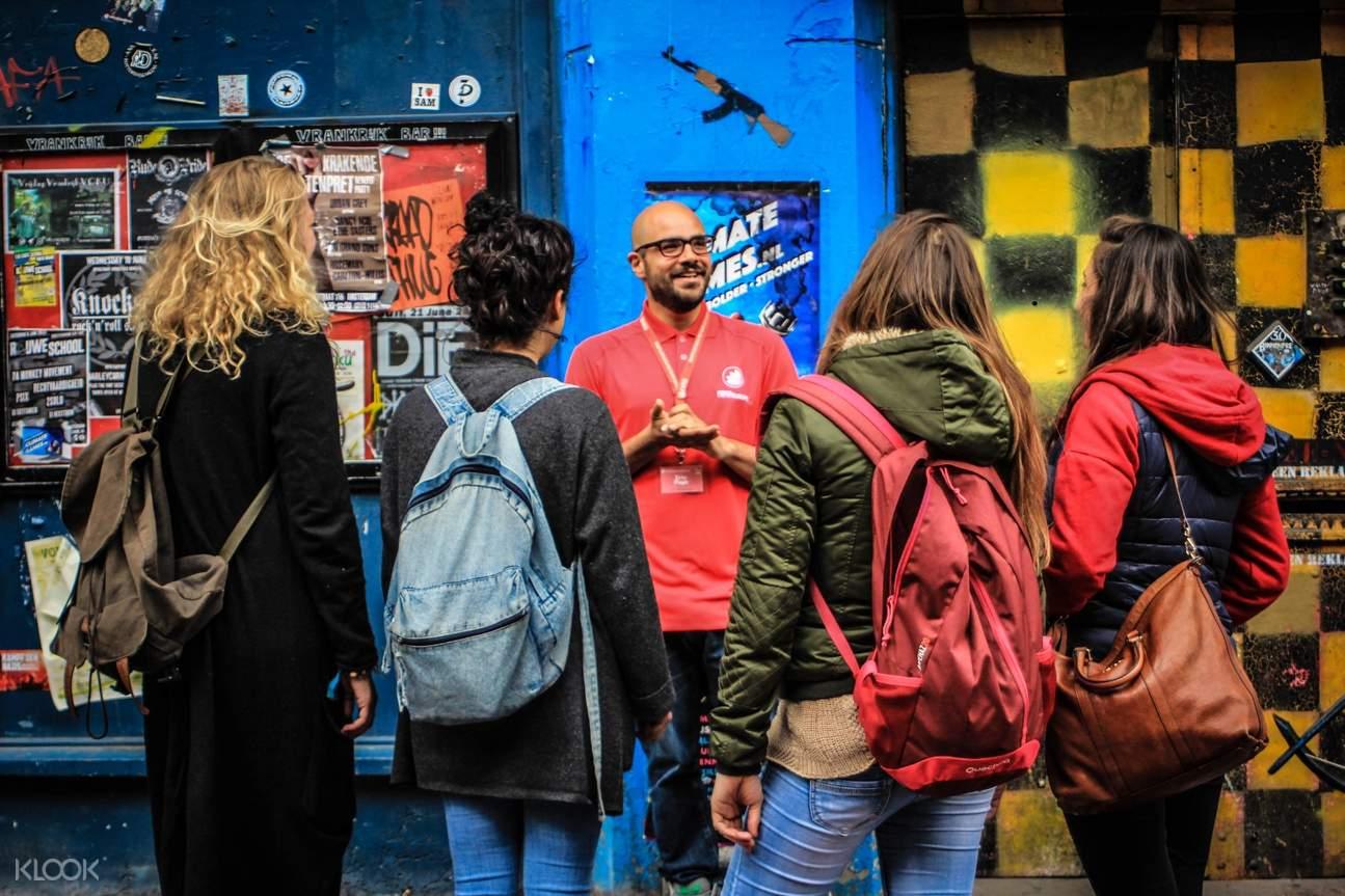 tour guide explaining landmark in amsterdam