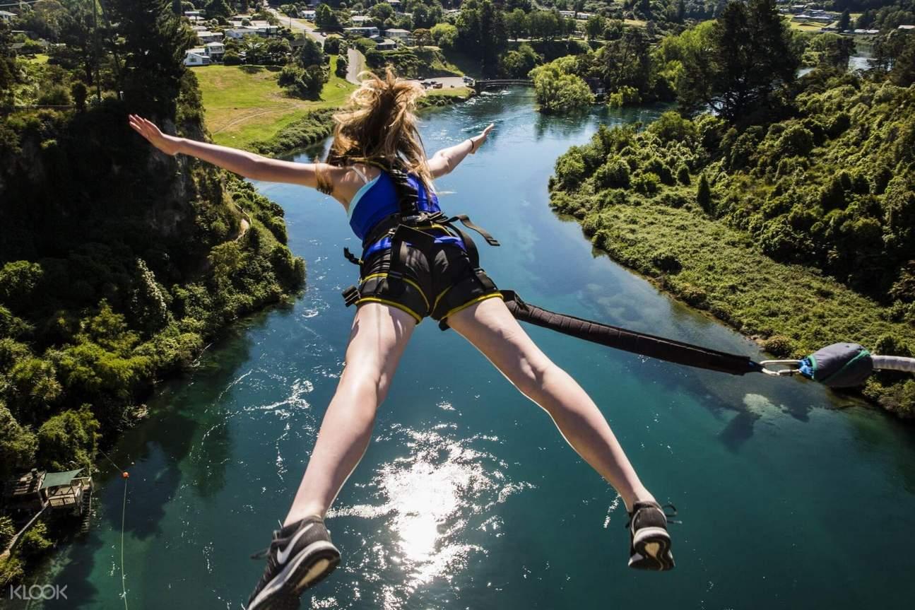 woman bungy jumping