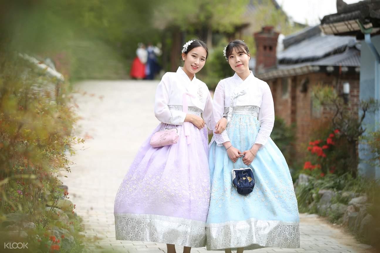 dua gadis mengenakan hanbok tematik
