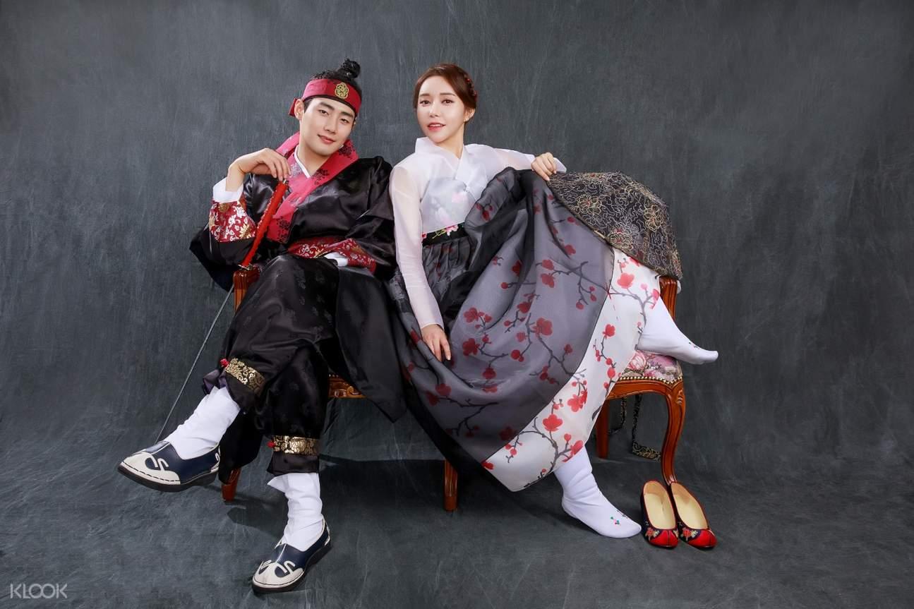 Romantic couple in Korean palace
