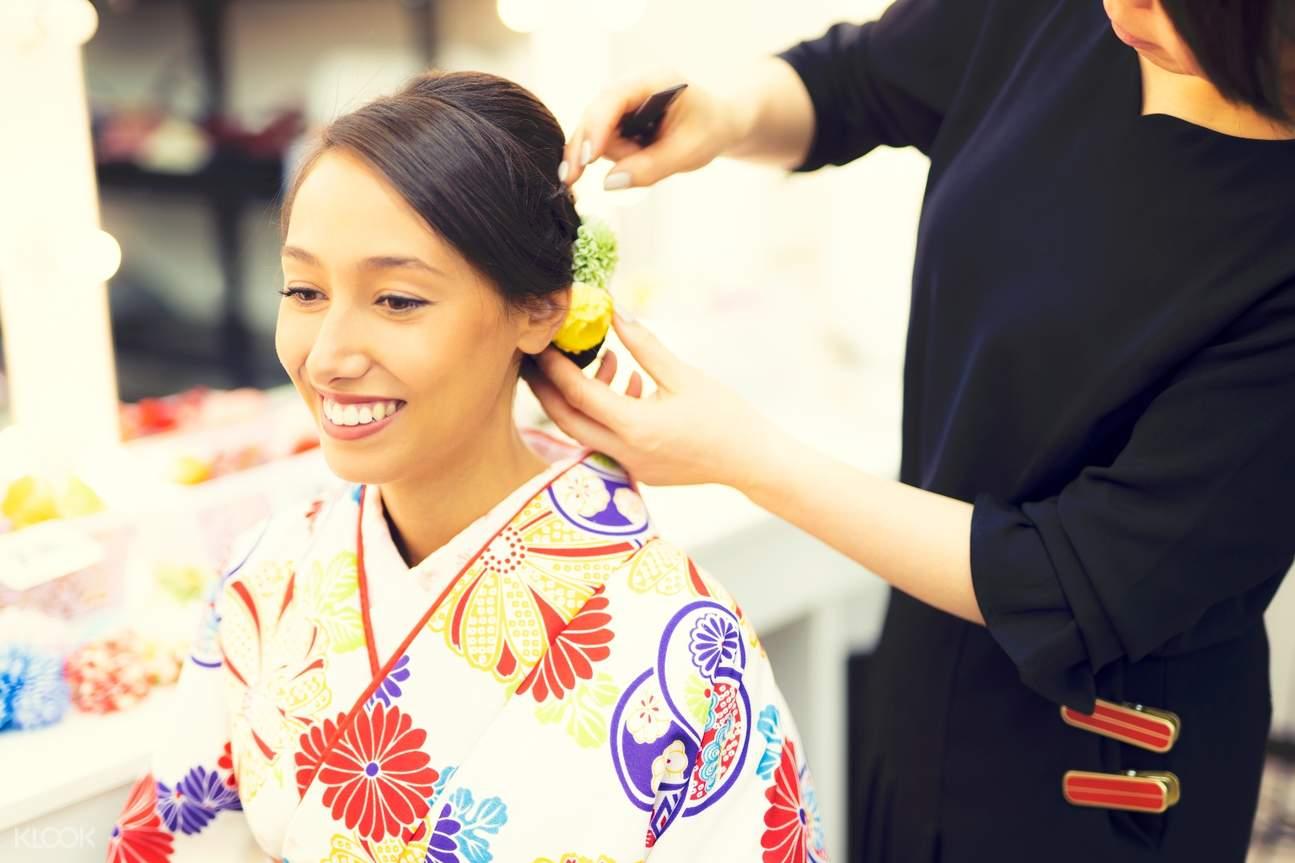 tourists select a kimono in fukuoka