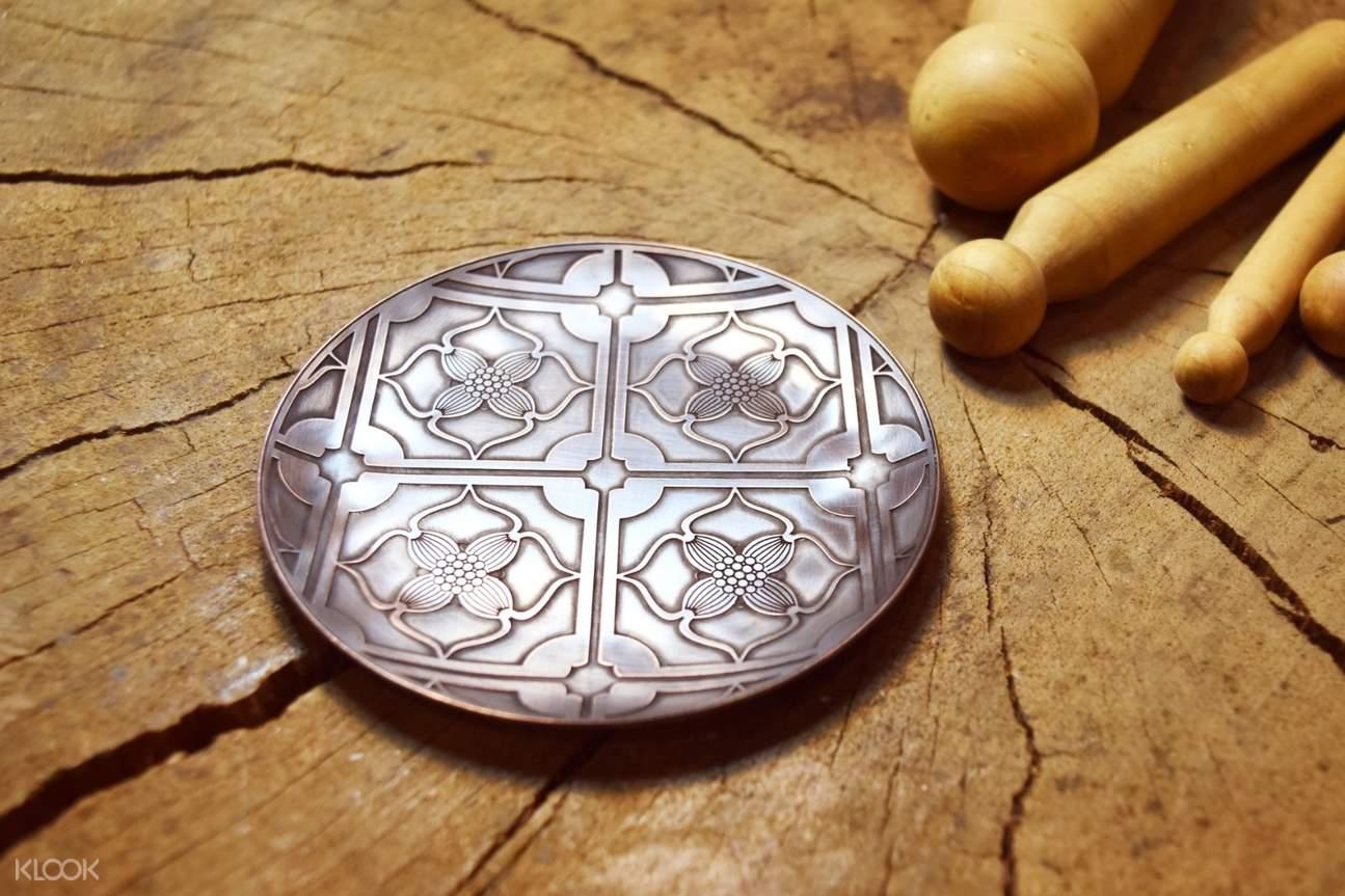 手做精緻銅盤小器,勾勒出漂亮的紋理與細緻的點綴小圖