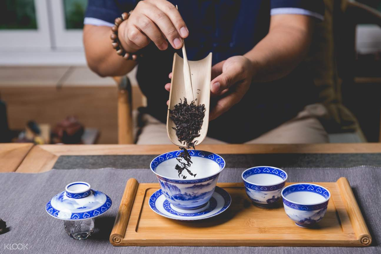 Have a taste of the tea and learn the professional process of brewing tea