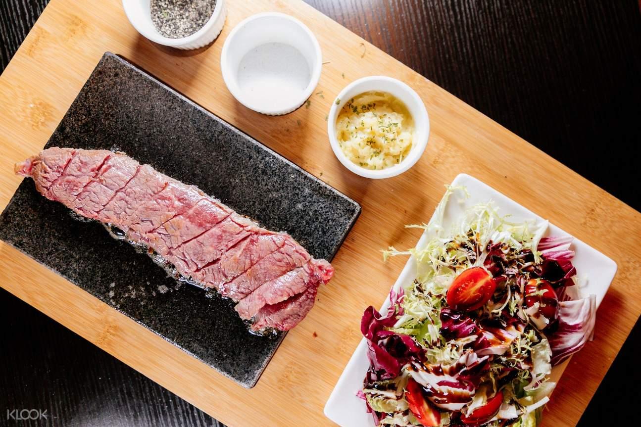 石烤澳大利亚食草牛排配沙拉土豆泥