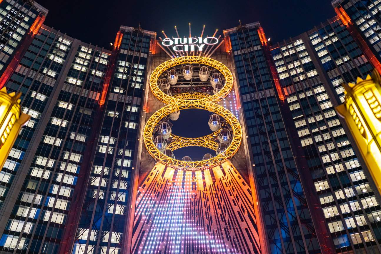 The Golden Reel Ferris Wheel at night