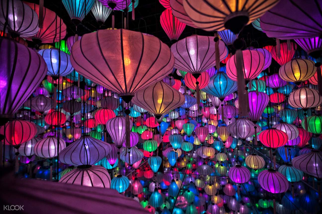 Cô gái trong triển lãm đèn lồng ở vườn ánh sáng - lumiere đà lạt, việt nam