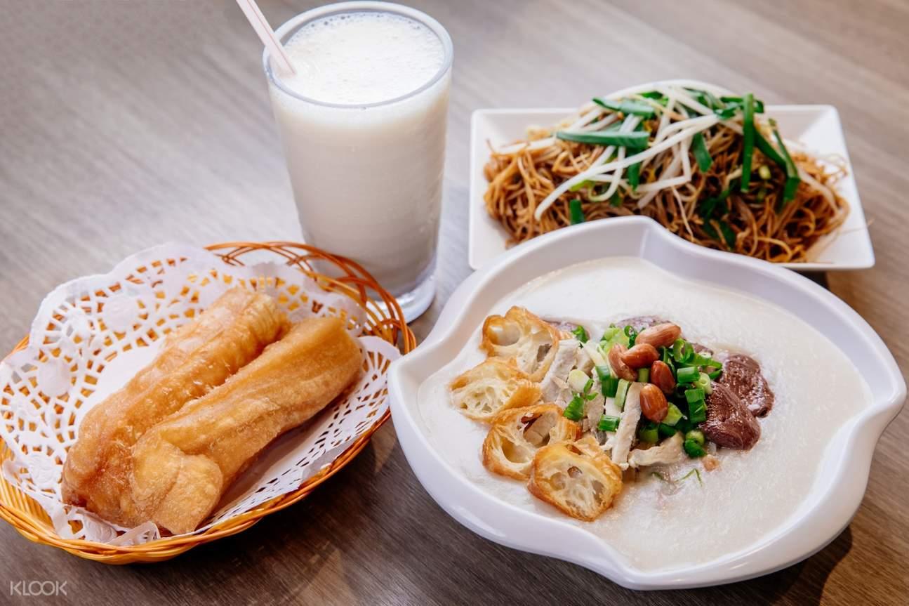 KLOOK滋味套餐既有粥品又有油條、加上伴粥小吃,再配上豆漿,可盡享中式風味。