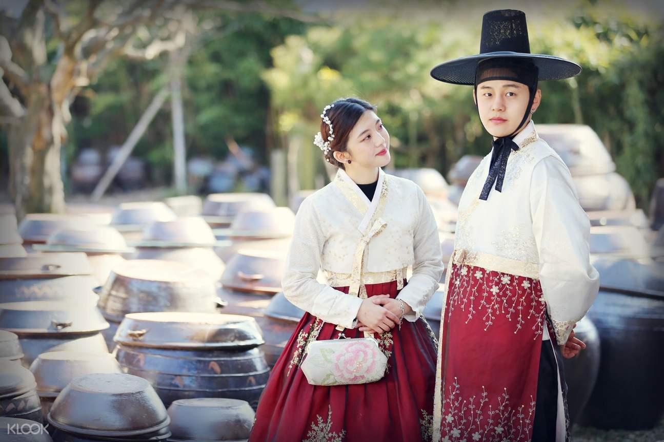 pasangan dengan hanbok tradisional