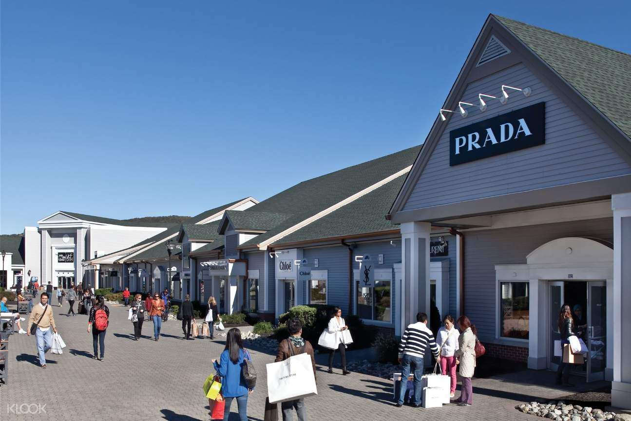 tourists shopping at Woodbury Common Premium Outlets