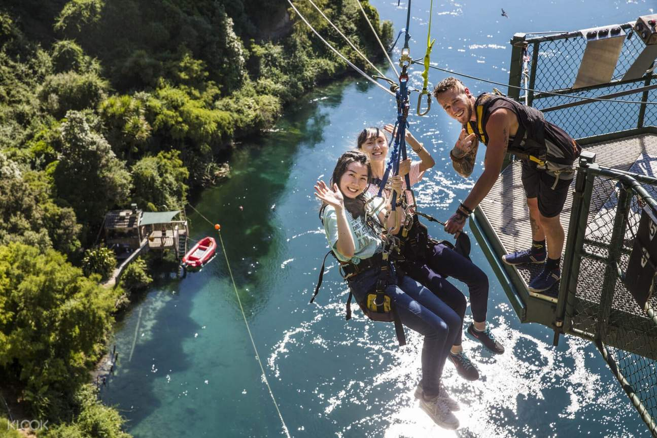 two women about to try the cliffhanger