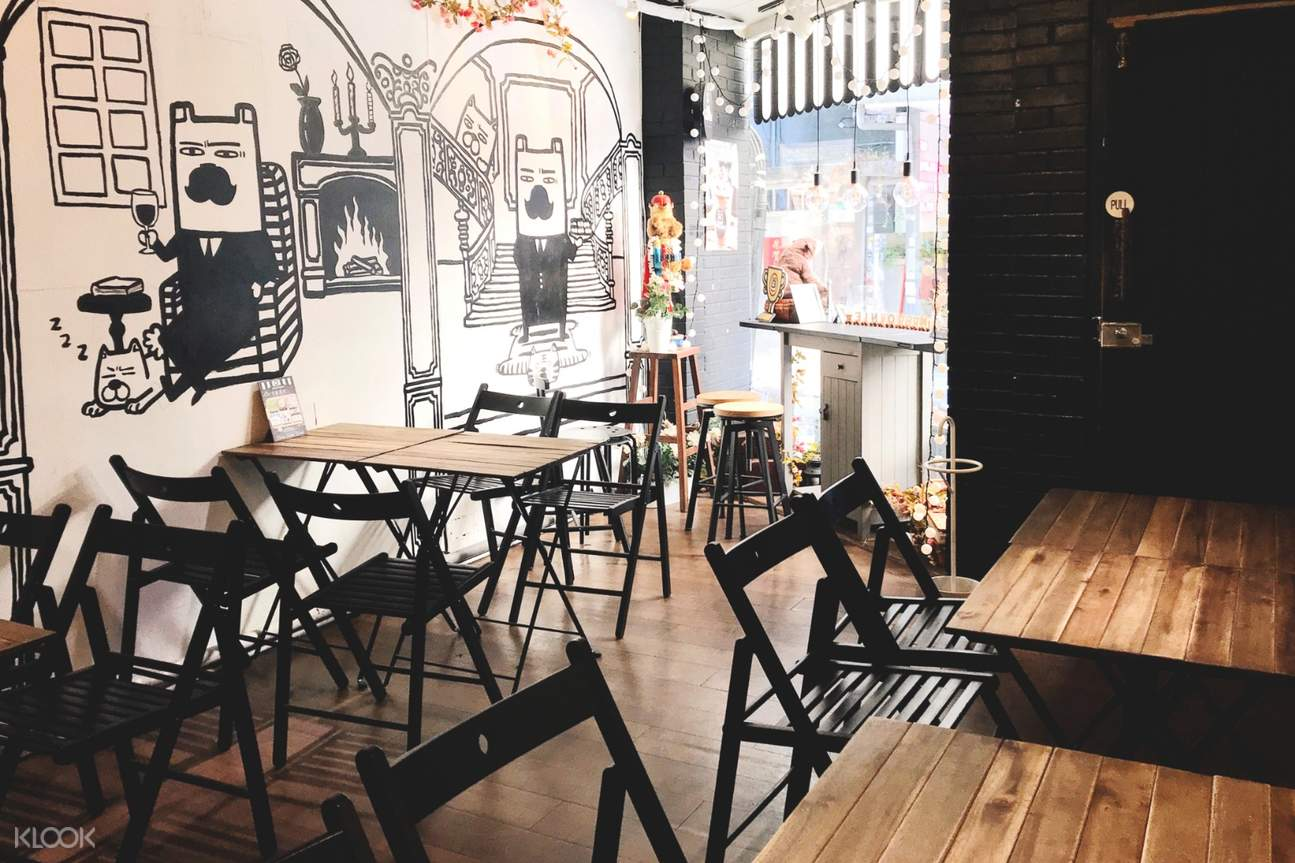 cozy and bright interior of Mr. Brownies in Da'an District