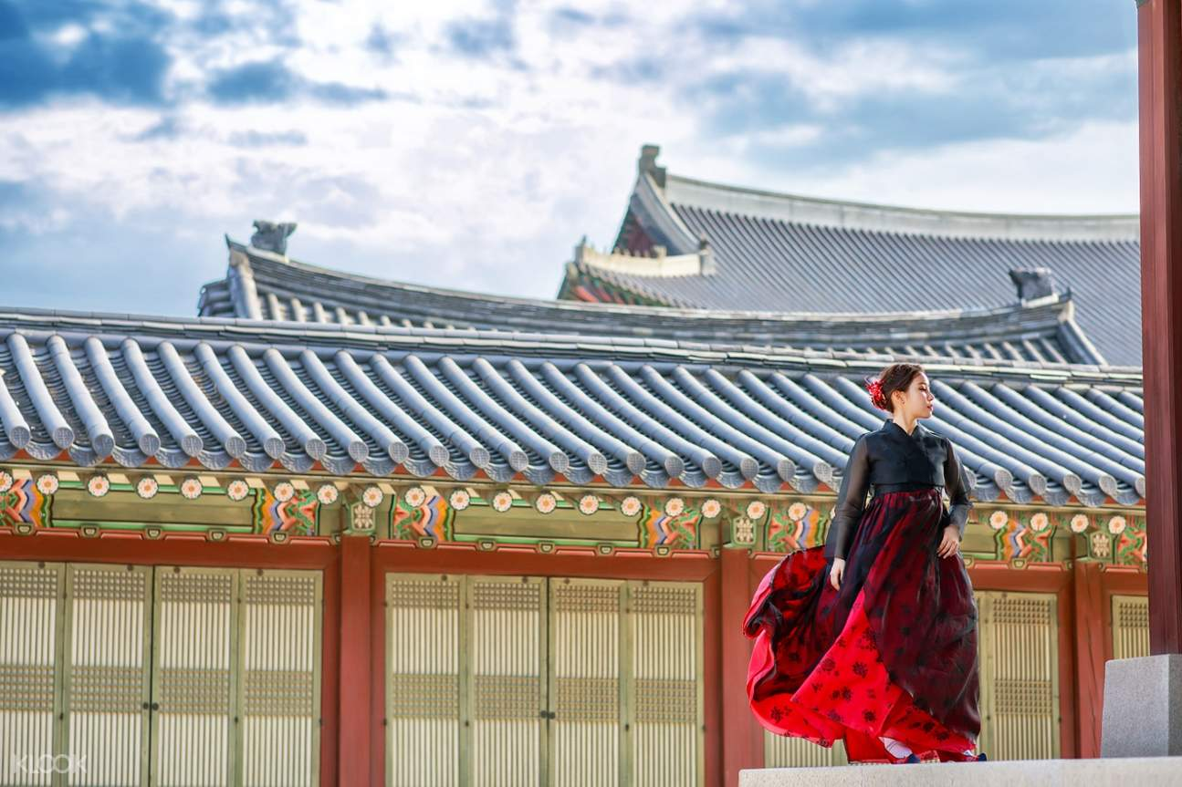 Tourist pose beside Korean palace