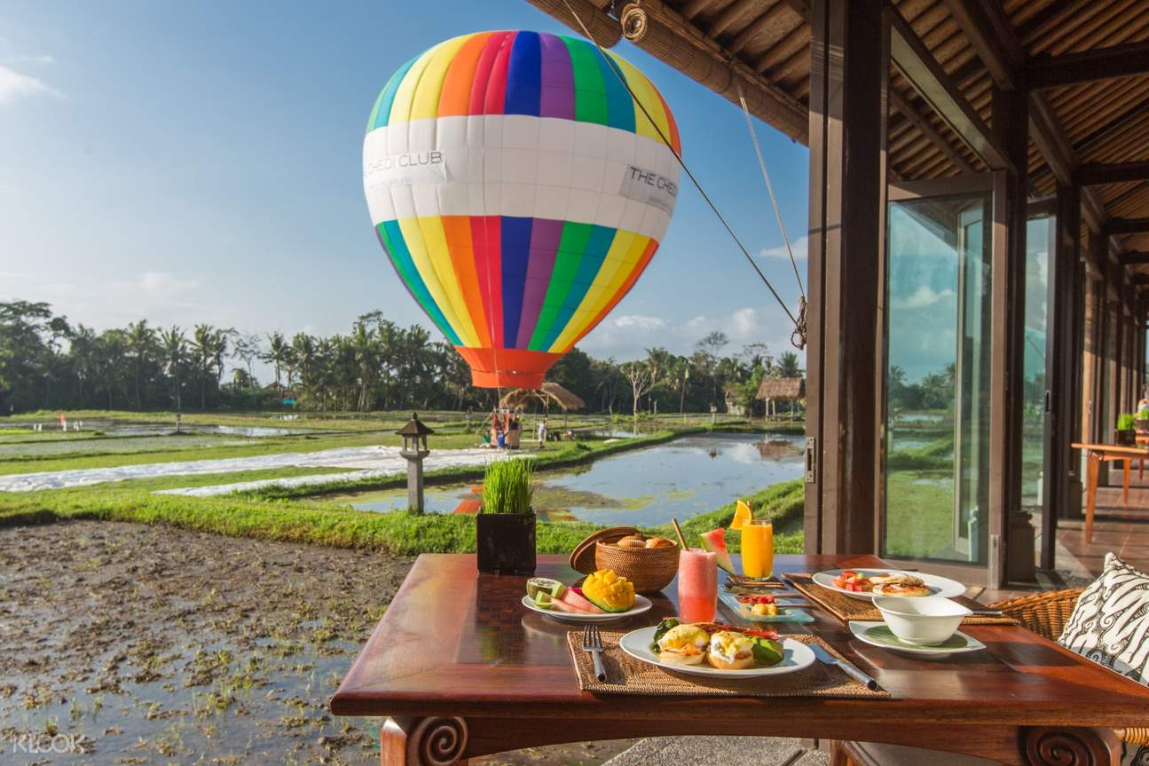 breakfast at chedi club with hot air balloon in background