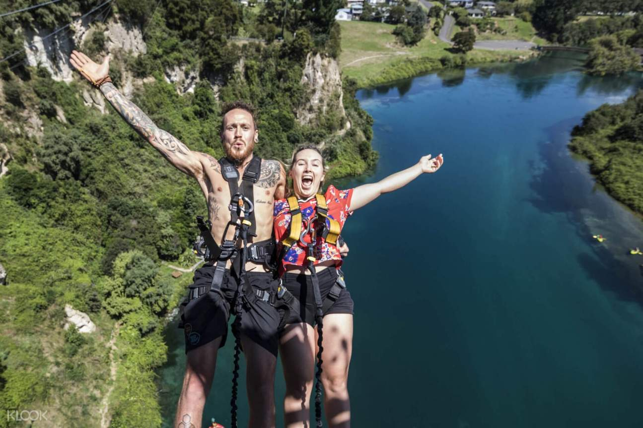 man and women bungy jumping in new zealand