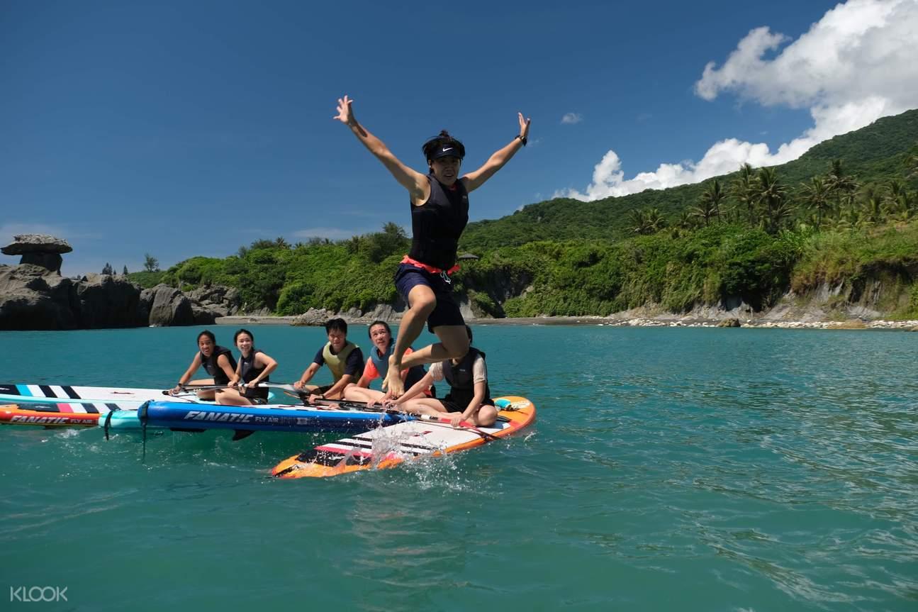 體驗結束後可以挑戰自我,在海上跳水