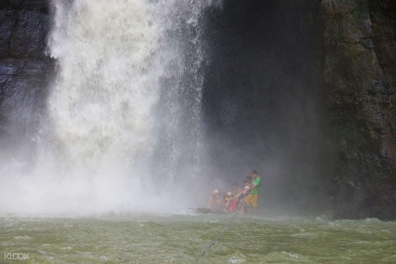 百胜滩瀑布一日游 - 穿越瀑布下方