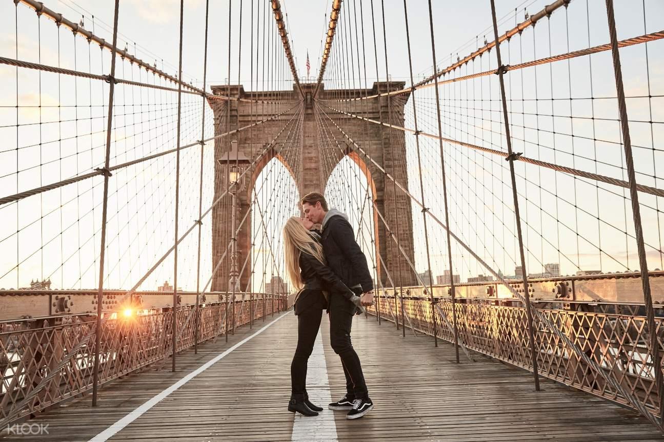 brooklyn bridge couple