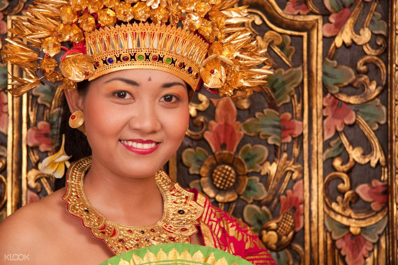 woman wearing traditional balinese clothing