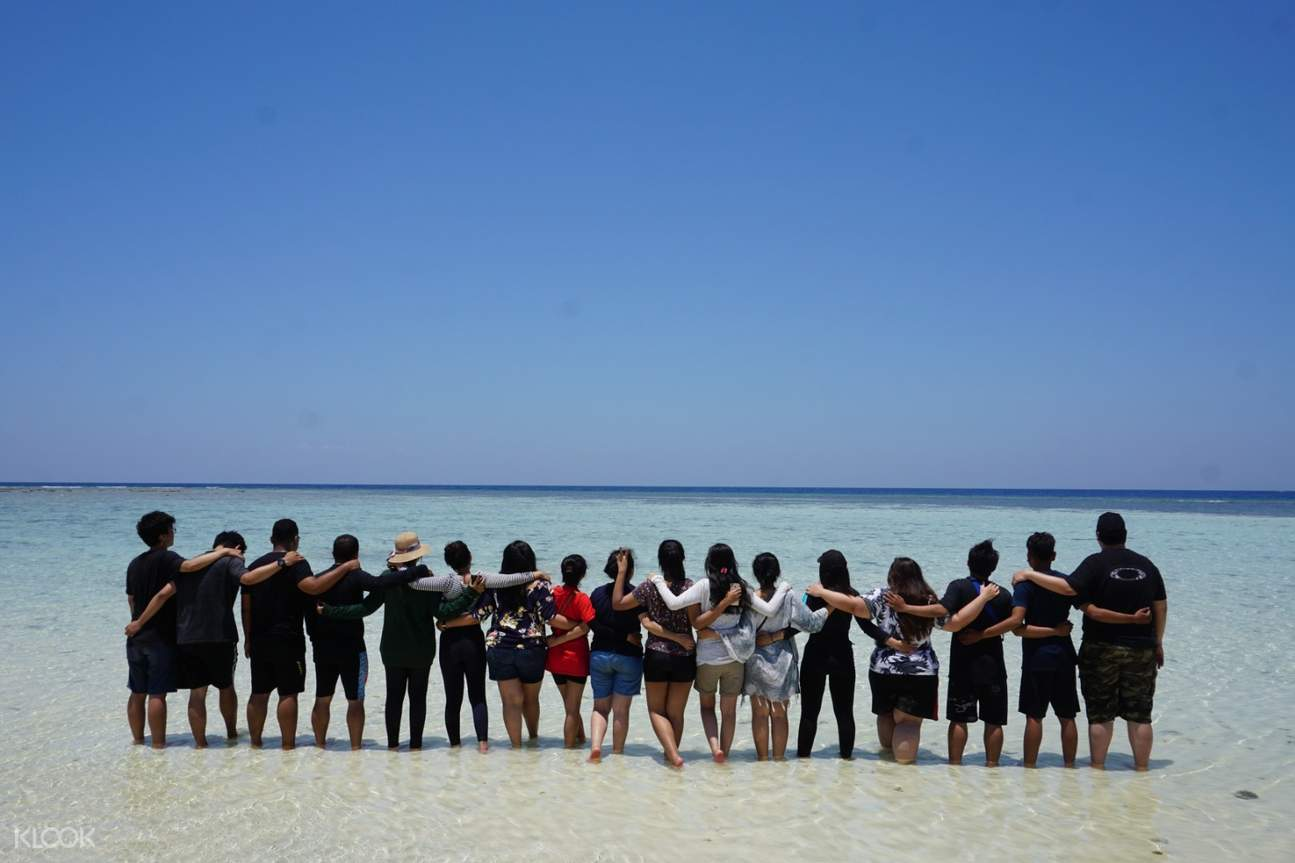 rombongan di tepi pantai