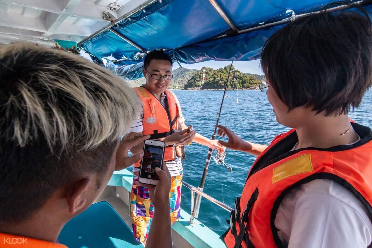 tourists learn fishing
