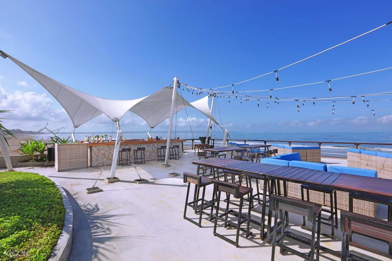 tables at vue beach club