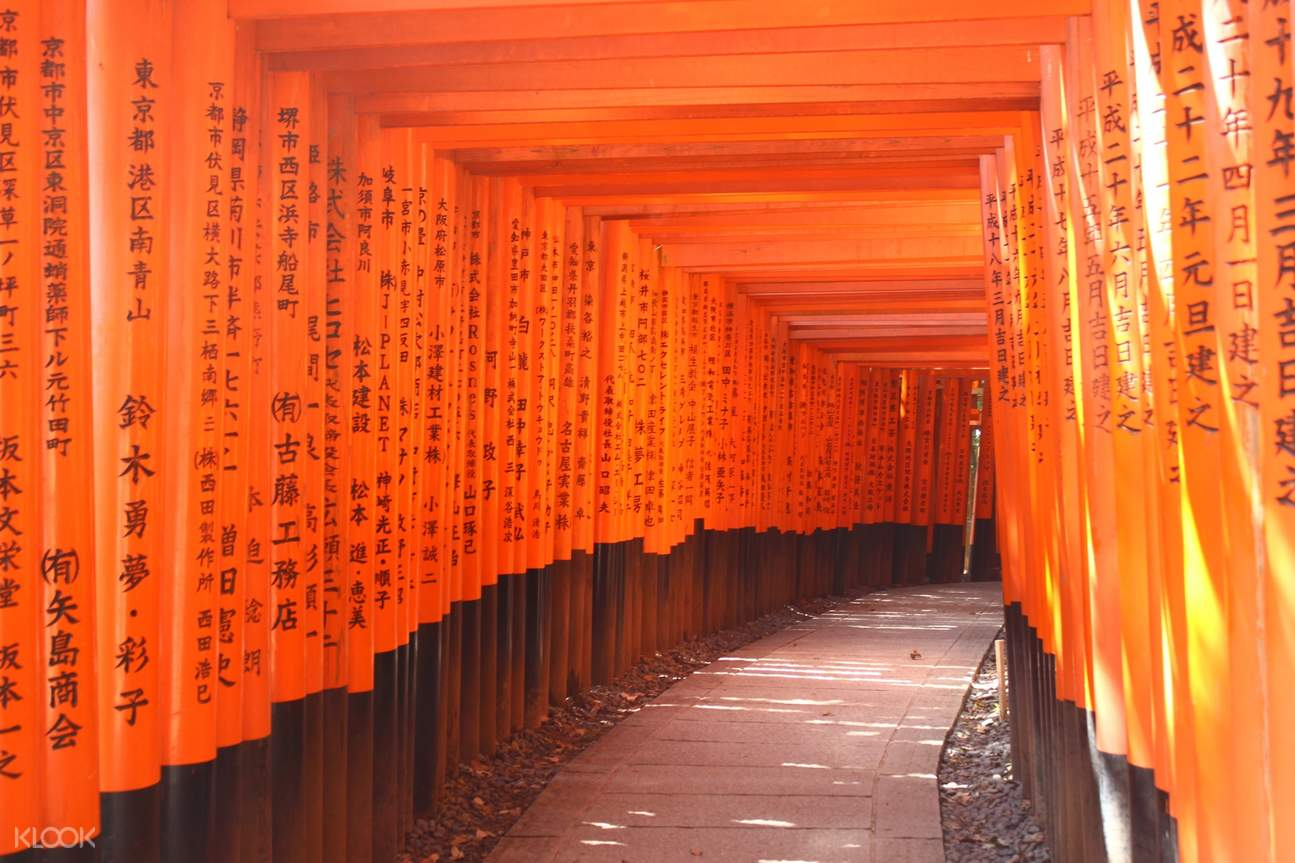 tourists in kimono fushimi inari shrine