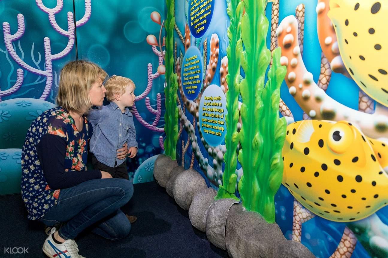 kids in the aquarium