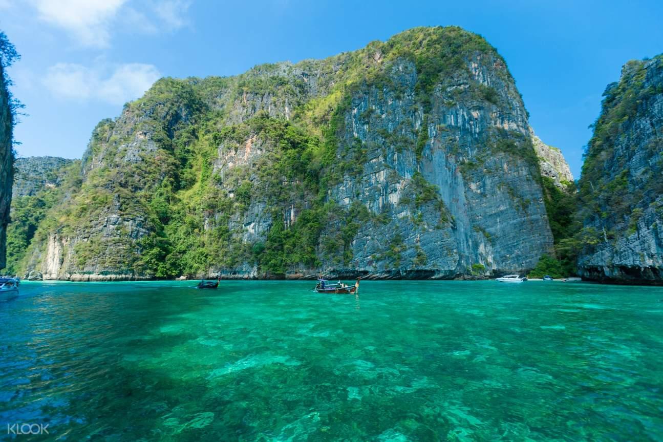 หน้าผาสูงและก้อนหินที่หมู่เกาะพีพี