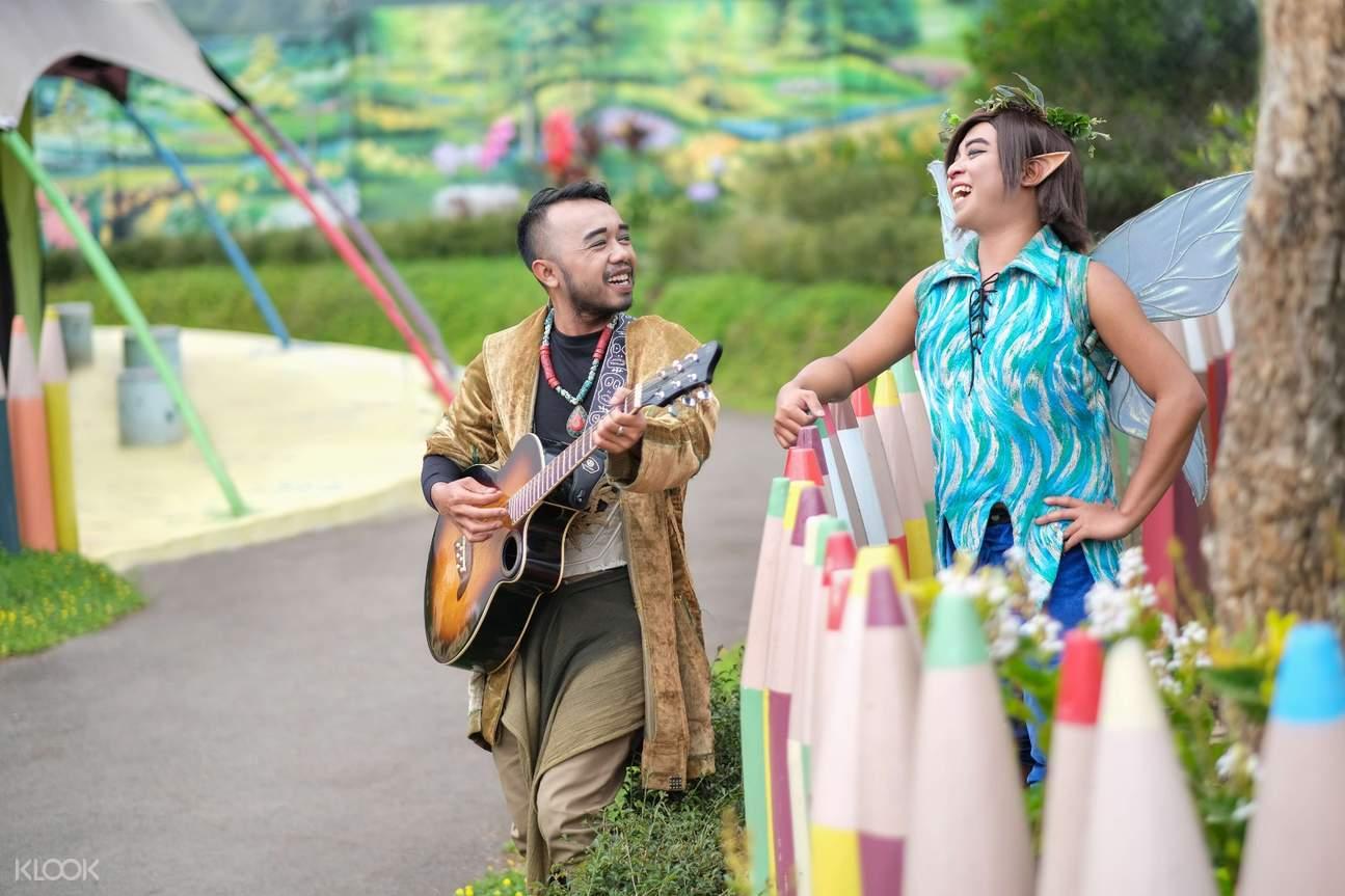 penyanyi bernyanyi di fairy garden bandung