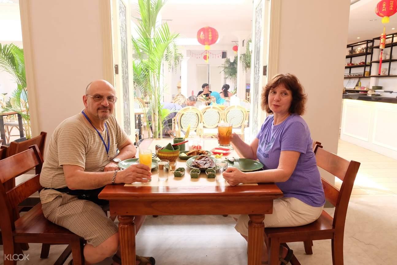 couple enjoying lunch at the surabaya city tour