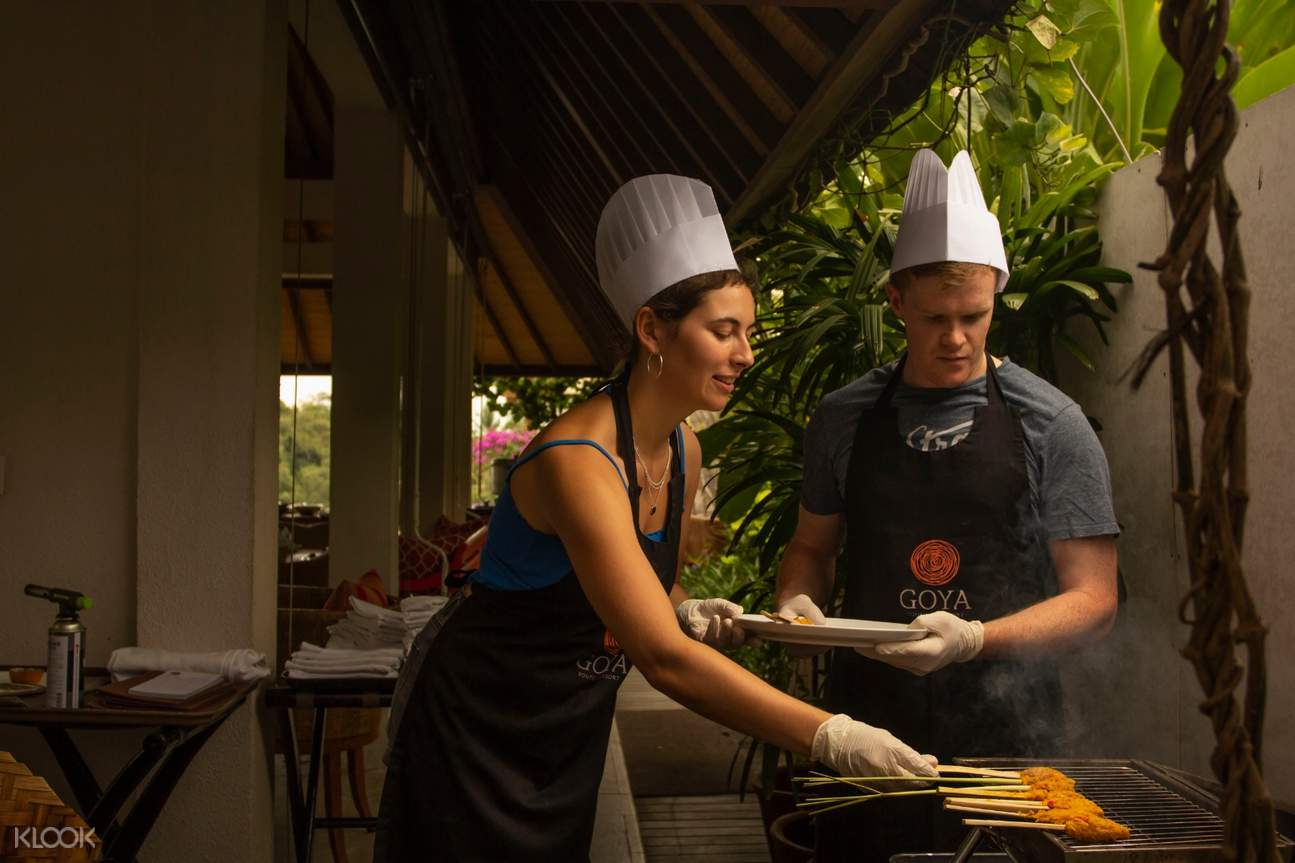 tourists learn how to prepare indonesian dishes