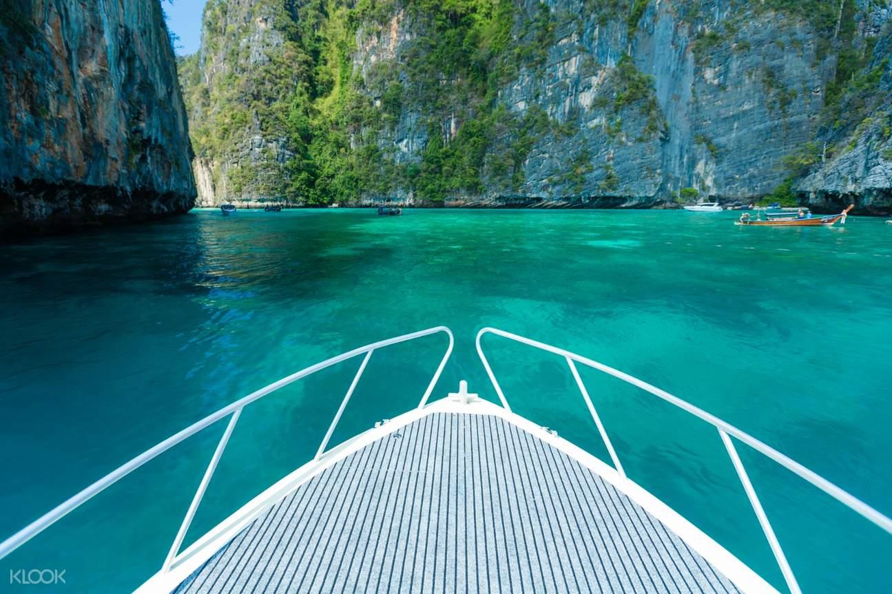 นั่งเรือชมหมู่เกาะพีพี