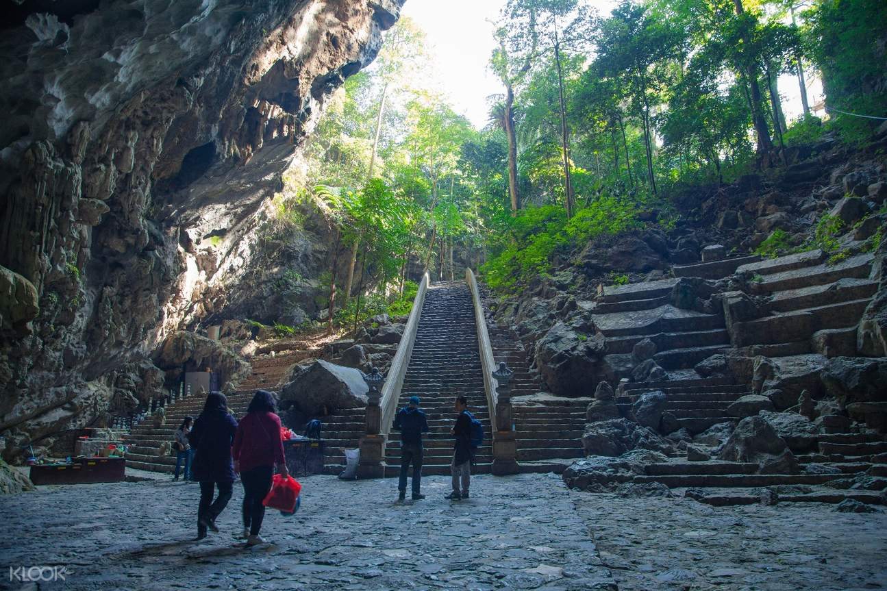 entrance to Huong Tich cave